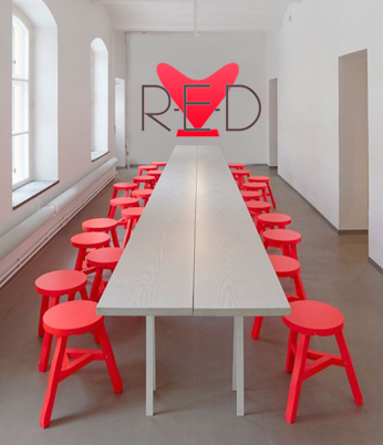 Rode stoelen en tafel R-E-D Team Intervisie Coaching