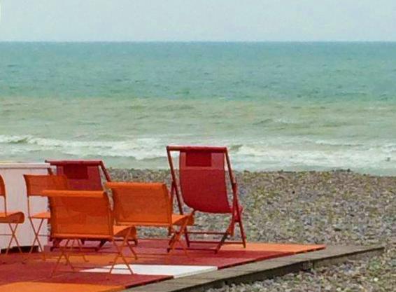 Rode stoelen op het strand